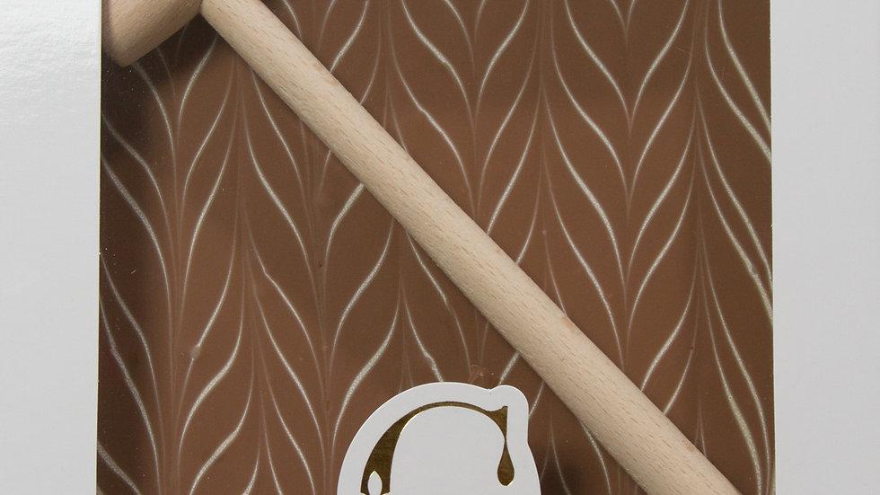 Coffret Marteau au Chocolat au Lait avec décor en Chocolat Blanc