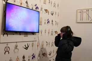 Papier peint de Sirine Fattouh et vidéo de Megan-Leigh Heilig  ©Randa Maddah