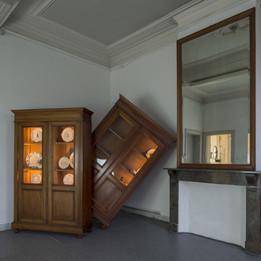 Basculement, 2017 Installation techniques mixtes, peinture sur ceramique  Dimensions variables  Exposition SOLI SOL SOLI. Maison des arts de Schaerbeek, Bruxelles - Belgium  © Photographie Isabelle Arthuis