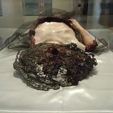 Un doux cercueil de chair, 2011 résine, platre, fer, verre et tissu 142 x 82 x 29 cm © Laila Muraywid