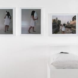 Separation, 2017 Photos, oreiller et cheveux de l'artiste sous vitrine Dimension variables ©Iman Hasbani