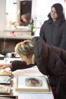 Pauline de Laboulaye dans l'atelier de l'artiste Nour Asalia  ©Randa Maddah