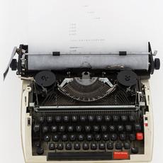 Riot, 2018 Machine à écrire, papier  200 x 40 x 30 cm  © Renato Ghiazza