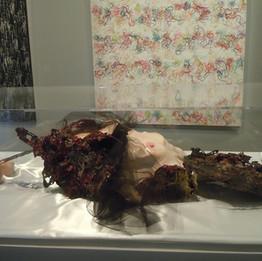 Un doux cercueil de chair, 2011 Résine, platre, fer, verre et tissu 142x82x29cm