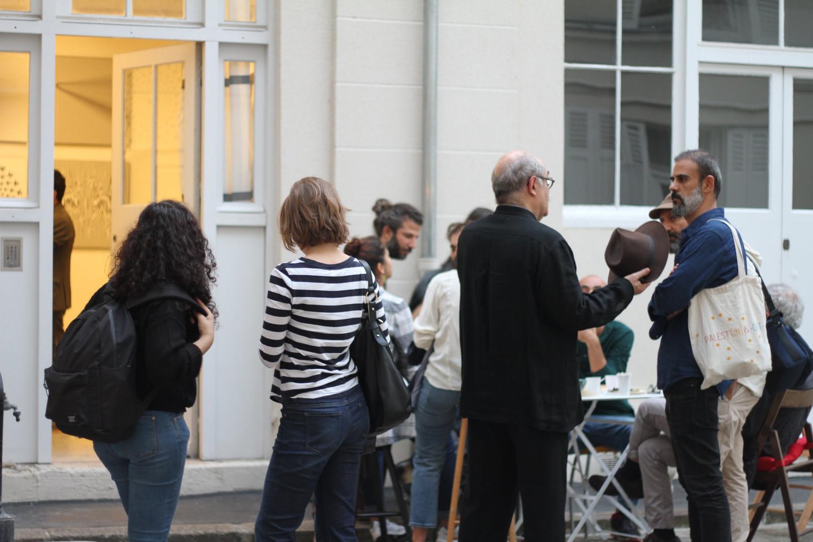 Visiteurs devant l'atelier d'Ola Abdallah ©Randa Maddah