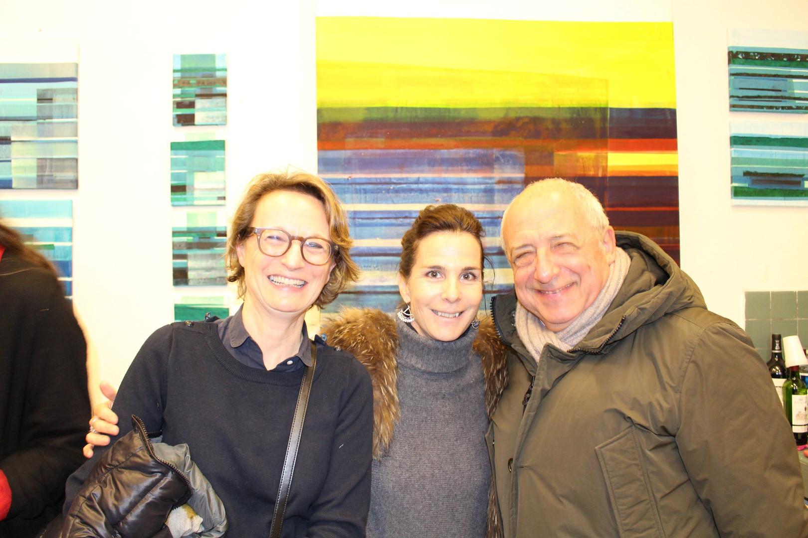 Paula Aisemberg, Véronique Pieyre de Mandiargues et un ami dans l'atelier d'Ola Abdallah  ©Randa Maddah