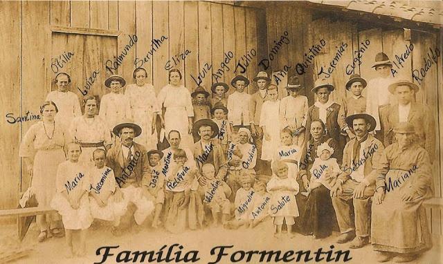 35 pessoas de uma mesma familia posando para foto
