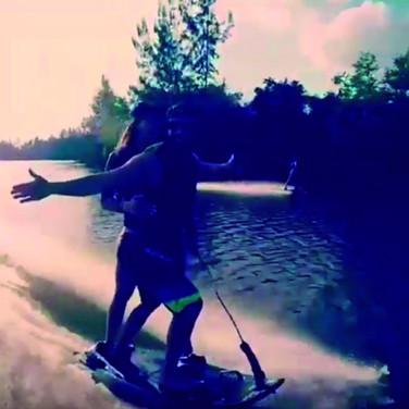 Um casal que se diverte junto no JetSurf!