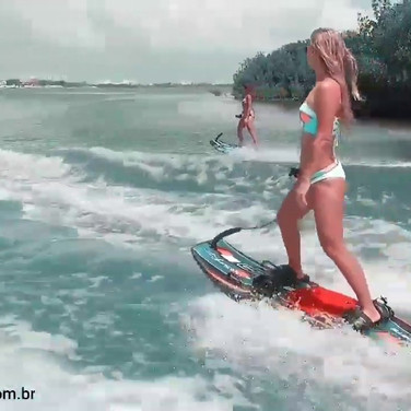 As meninas se divertem no mar Caribe