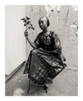 Photo 2 : La jeune femme à la fleur