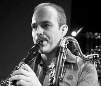 Camilo Irizo Professore di musica e arti sceniche del clarinetto nel ConservatorioSuperiore Manuel Castillodi Siviglia. Clarinettista e membro del gruppo musicale Taller Sonoro di Siviglia