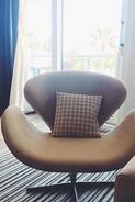 Neubezug von Loungesesseln im JW Marriott Cannes