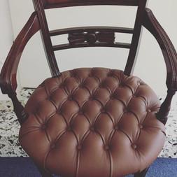 neu gepolsterter Chesterfield-Stuhl