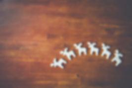 Renne blanc sur une surface en bois