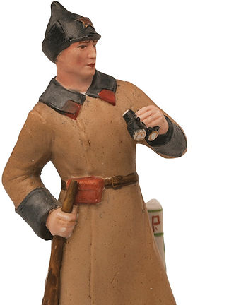 Фарфоровая статуэтка «Пограничник с биноклем, стоящий у пограничного столба с надписью «СССР».jpg