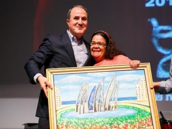 ג׳ולי מעניקה את התמונה לראש עיריית אשדוד ד׳׳ר לסרי יחיאל