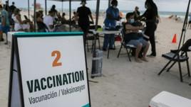 Covid-19: Turistas latinos são vacinados em praia de Miami