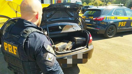 Casal é preso suspeito de transportar mais de 100 kg de maconha em carro