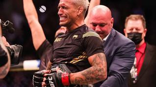Charles do Bronx nocauteia Michael Chandler e é campeão peso-leve do UFC