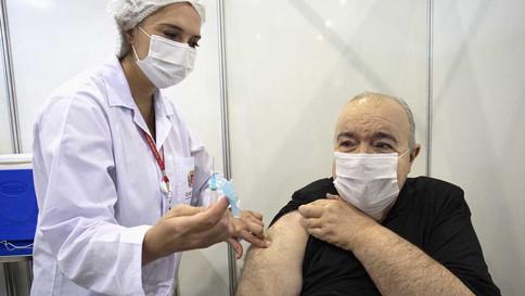 Greca toma 1ª dose e diz que está ansioso para imunizar toda a cidade
