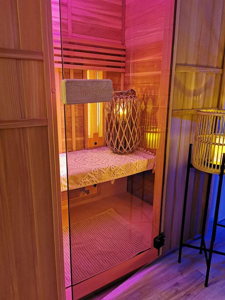 Sauna infra rouge, vous permet de vous relaxer, dénouer la tensions des muscles, ouvrir les pores de la peau pour débarrasser des impurtés en profondeur.