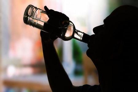 आबकारी टीम जागी अब शुरू हुई छापेमारी गोपाल टाकीज के सामने संचालित देसी शराब की दुकान बंद