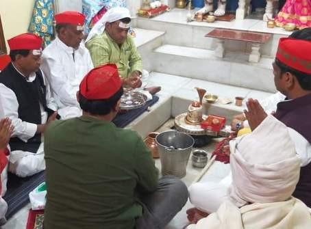 मुलायम सिंह यादव के 82वें बर्थडे पर सपाइयों ने मंदिर में पूजा अर्चना कर मनाया जन्मदिवस