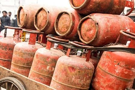 महंगाई की मार पिछले कई दिनों में बढ़े गैस सिलेंडर के दाम, खातों में नहीं आ रही सब्सिडी