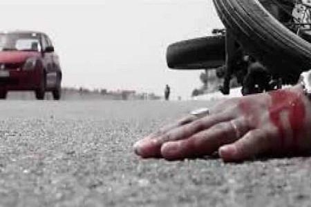 आंवला की ओर जा रहे बाइक सवार को कार ने मारी टक्कर, युवक की मौत ममेरा भाई घायल