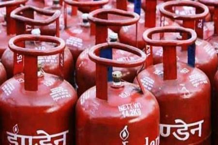 महंगाई की मार LPG सिलेंडर 25 रुपये हुआ महंगा, जानें इस साल कितना बढ़ गया है रेट