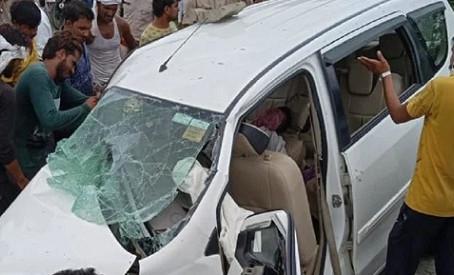 बिनावर थाना क्षेत्र में बरेली मथुरा हाईवे पर डिवाइडर से टकराई कार, ड्राइवर की मौत