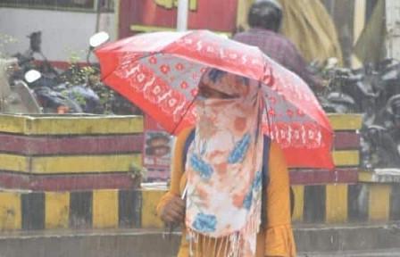 यूपी में बदला मौसम, बदायूं समेत कई जिलों में बादल और बूंदाबांदी से राहत