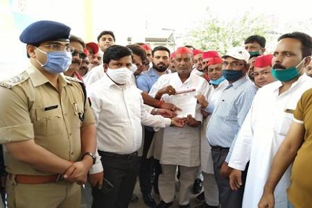 सपा जिलाध्यक्ष ने कहा प्रदेश में कानून व्यवस्था की स्थिति अत्यंत गंभीर, ज्ञापन सौपा