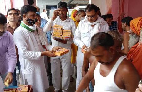 राहुल गांधी के जन्मदिन पर कछला स्थित आश्रम में फल, भोजन दवाई किट का वितरण किया