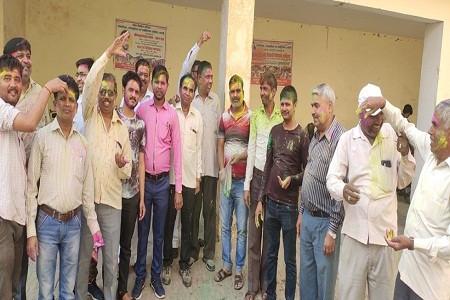 Happy Holi 2021 wishes: लोक निर्माण परिवार के सदस्यों के द्वारा कार्यालय में खेली होली