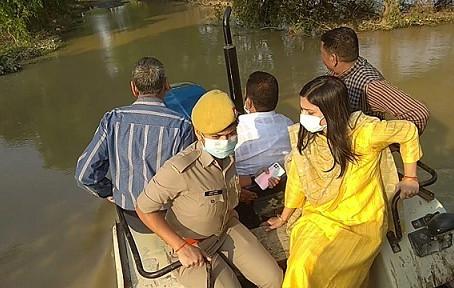 बदायूं डीएम व आंवला सांसद ने ट्रैक्टर और नाव से किया बाढ़ग्रस्त इलाके का दौरा