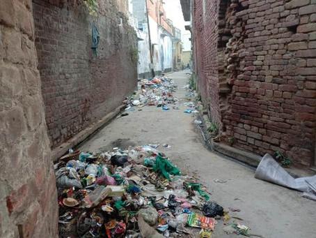 काज़ी ए जिला के आवास के पास गली गंदगी से पटी पड़ी पालिका कर्मी नहीं ले रहे सुद