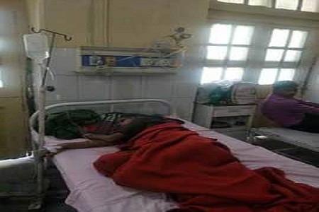 सर्दी का मौसम कोरोना कहर जारी फिर भी जिला अस्पताल में बदबूदार कंबल ओढ़ रहे मरीज़