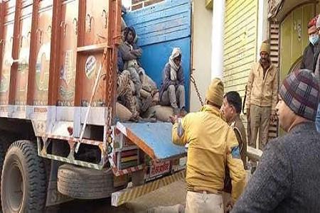 कस्बा अलापुर के मोहल्ले में प्रशासन टीम की छापेमारी, गरीबों का राशन डकार रहा था सपा नेता