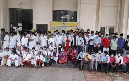 मेडिकल कॉलेज के संविदा कर्मियों ने किया कार्य बहिष्कार, एक सप्ताह का समय दिया