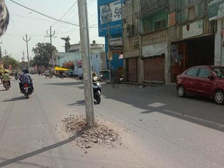 विकास मॉडल रोड जगह-जगह गड्ढे खोदने से सड़क कमजोर पहले बनी अब उधेड़ कर रख दी सड़क