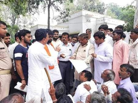 ग्रामीण पहुंचे PWD गेस्ट हाउस, मंत्री-MLAऔर DM को घेरा, अवैध खनन पर रोक लगाने की मांग