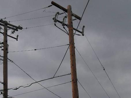 एक गांव में खेल-खेल में बिजली के पोल पर चढ़ गई 11 साल की लड़की, करंट से लगने से मौत