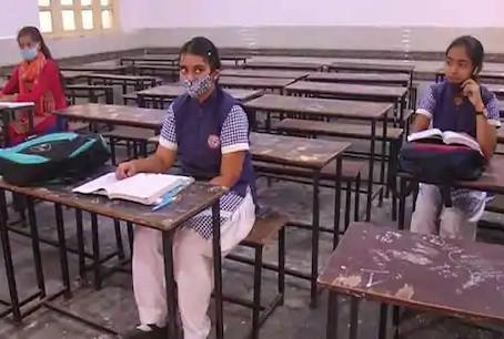 प्रदेश में सात माह बाद स्कूल खुल गए है, पैरेंट्स की परमिशन लेकर स्कूल पहुंचे बच्चे