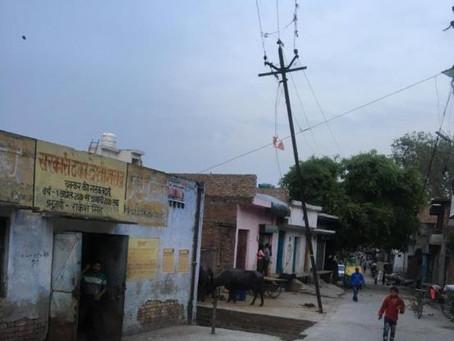 बिजली विभाग की घोर लापरवाही कम्प्लेन के बाद भी नहीं हटाया पोल किसी घटना का है इन्तिज़ार