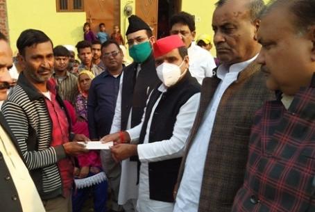 जिले में पूर्व सांसद धर्मेन्द्र यादव ने स्वर्गीय पत्रकार वशीर के घर जाकर शोक संवेदना व्यक्त की