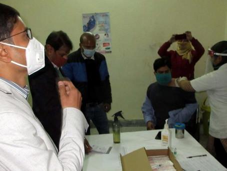 जिले में 12 केंद्रों पर 1308 लोगों ने लगवाया कोरोना का टीका, डीएम, एसएसपी जायजा लेते रहे