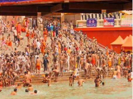हरिद्वार में महाकुंभ हर की पौड़ी पर शाही स्नान जारी, कोरोना नियमों ताक पर रख उड़ रही धज्जियां