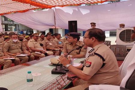 पुलिस लाइन में ADG बरेली जोन द्वारा कानून व्यवस्था बनाये रखने हेतु दिशा निर्देश दिए