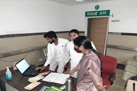 सांसद डॉ. संघमित्रा मौर्य ने मेडिकल कॉलेज की चौपट व्यवस्था पर नाराज लगाई फटकार